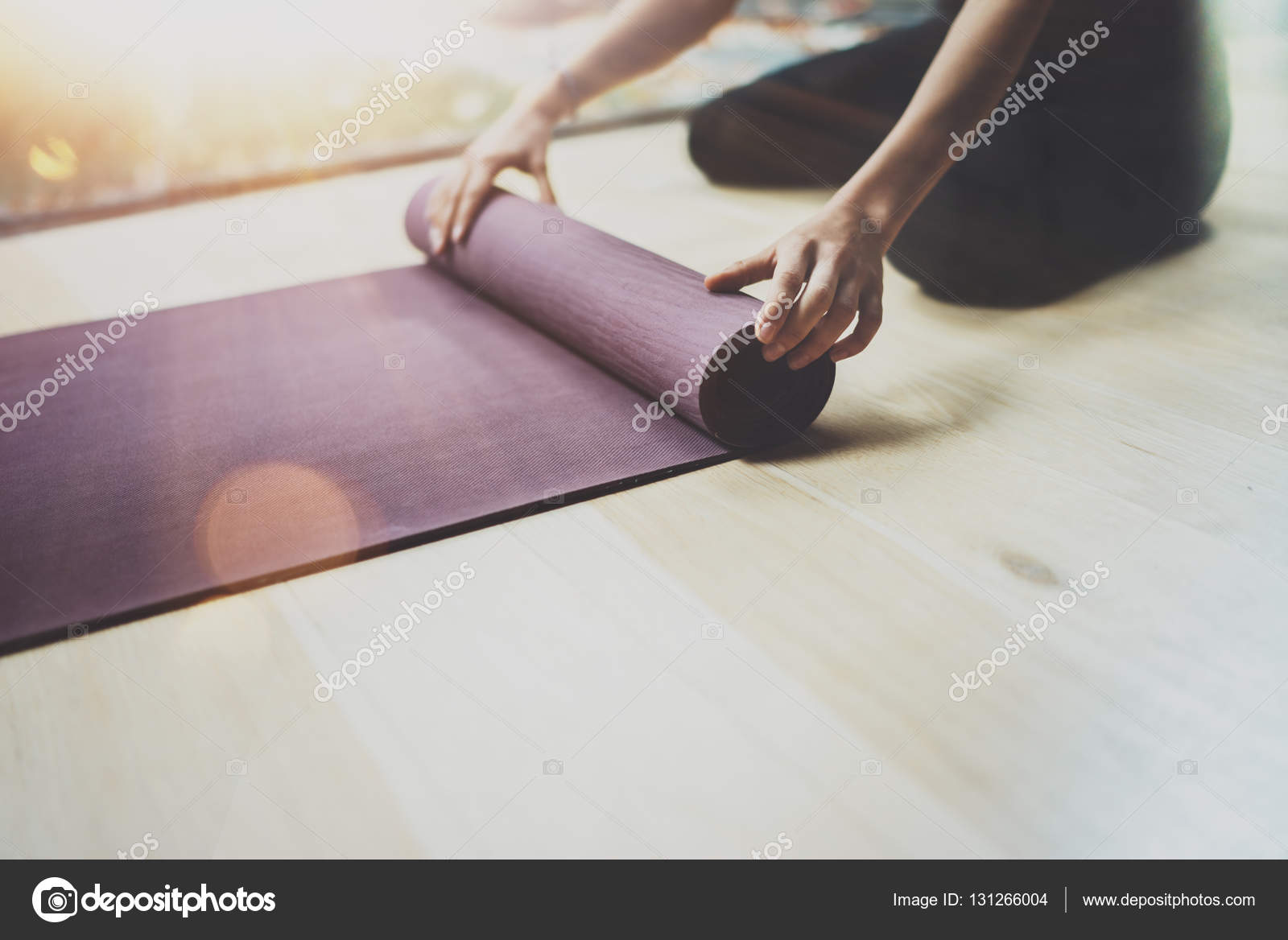 Hermosa mujer joven practicando yoga interior. Hermosa chica ...
