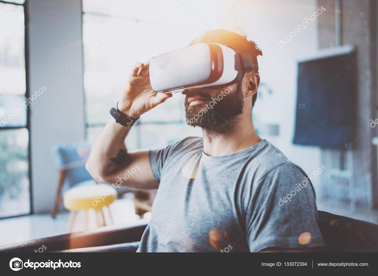 Attraktive bärtiger Mann mit virtual-Reality Brille im modernen ...