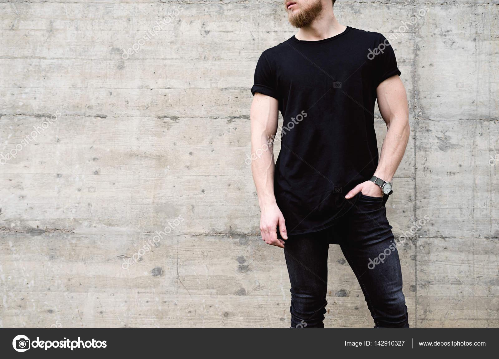 11e428d3842 Svalnatý muž v černé džíny — Stock Fotografie © kantver  142910327