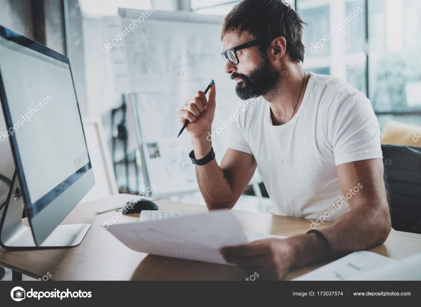 Barbu hipster professionnel portant des lunettes au loft moderne