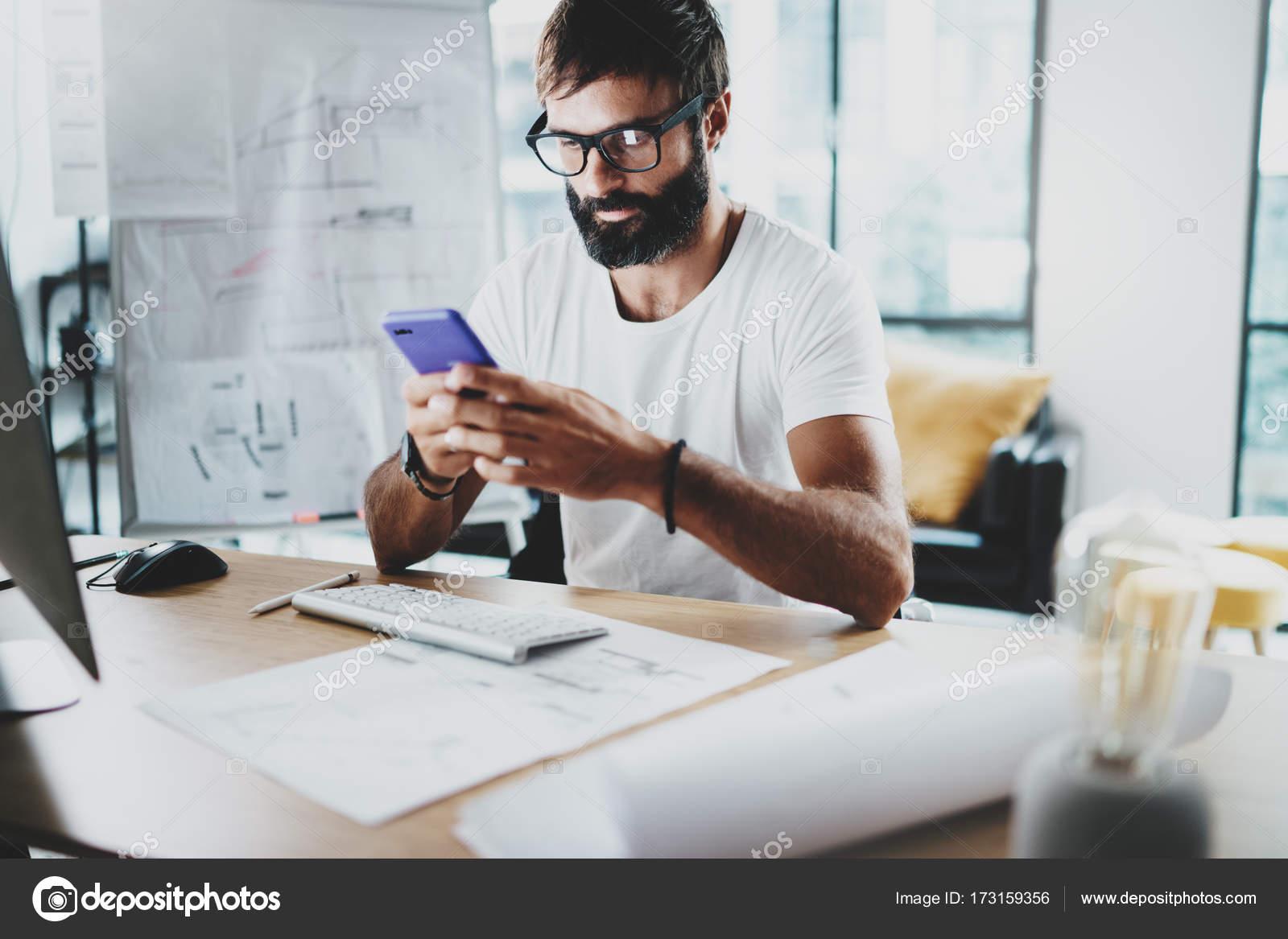 Junge bärtige Grafik-Designer Brillen tragen und arbeiten bei ...