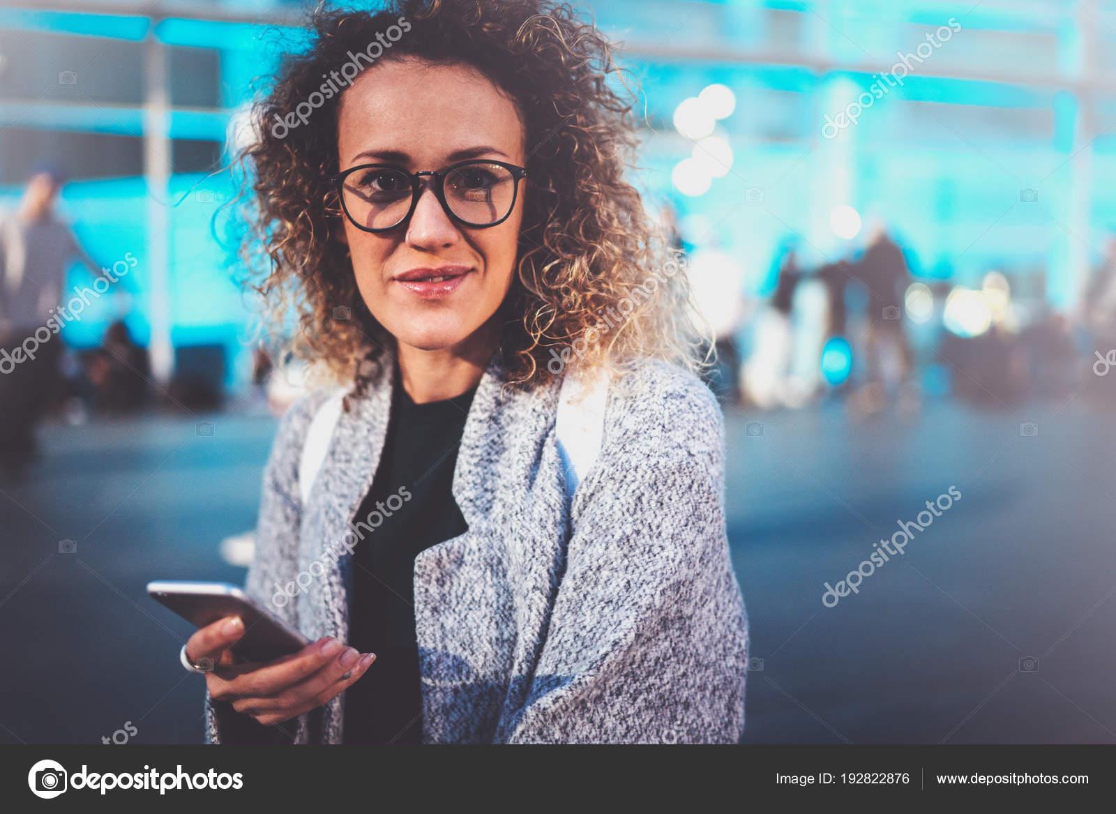 98ec6298d48e13 Lachende vrouw toeristische bril dragen en manier zoeken in navigatiekaart per  cel telefoon