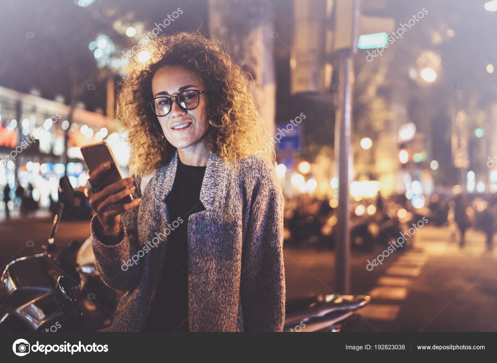 c49ebd5ebded26 Mooi meisje hipster bril hand in hand slimme telefoon