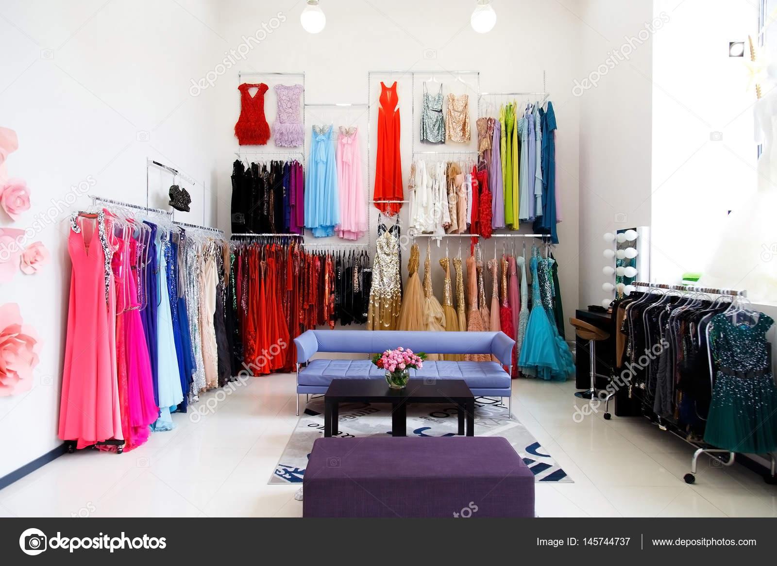 Tienda De Ropa Con Vestidos De Noche Foto De Stock