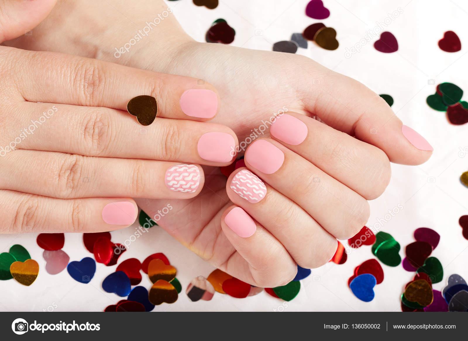 Hände mit rosa matt gepflegte Nägel — Stockfoto © natkin_zu #136050002