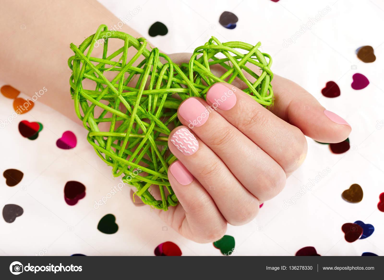 Mano con rosa mate cuidado uñas sosteniendo un corazón — Fotos de ...