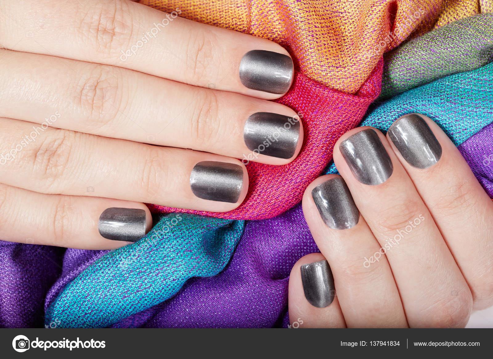 Manos con uñas cuidadas metálicos gris corto — Foto de stock ...