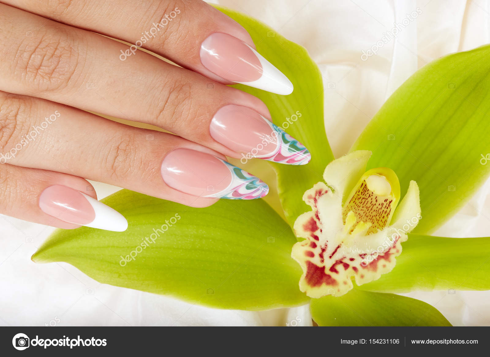 Mano con uñas cuidadas francés largo artificiales sosteniendo una ...