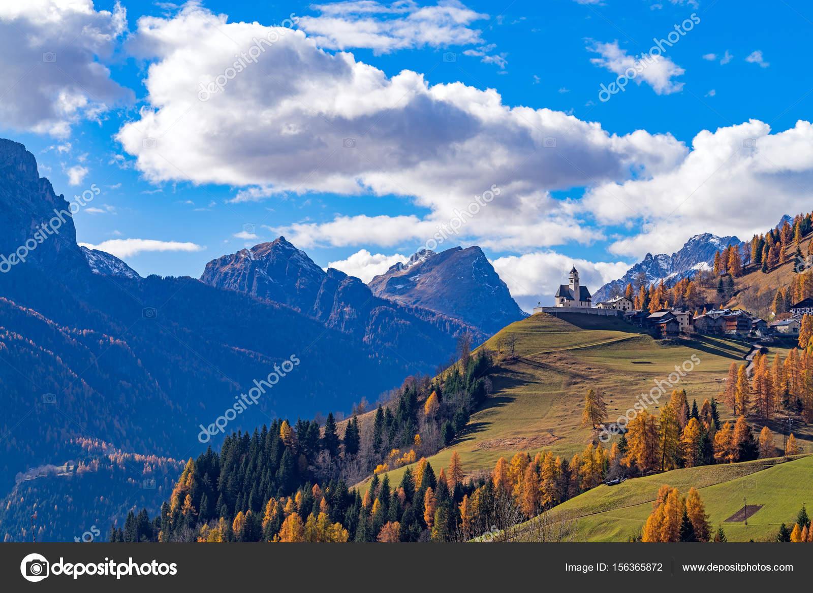 paesaggio montuoso con i villaggi di colle santa lucia e foto stock catuncia 01 156365872. Black Bedroom Furniture Sets. Home Design Ideas