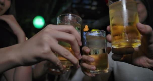 Lassú mozgás: barátai ázsiai nők party lóg és iszik alkoholt, sör Boldog utazási nightclub a bárban, Pattaya Chonburi Thaiföld, Vonzó csoport női utazók életmód. 4k Uhd.