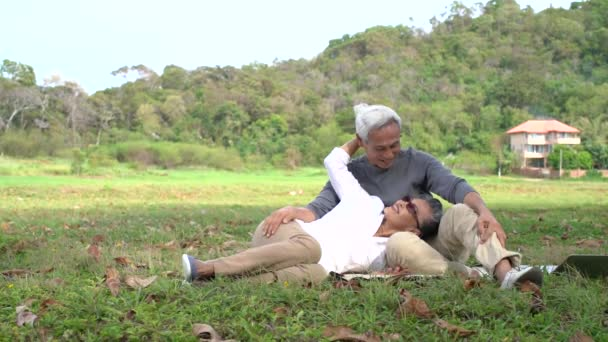Asijské páry senior starší důchodce relaxovat a mluvit v přední dům rodina spolu štěstí lidé životní styl, zpomalení záběry