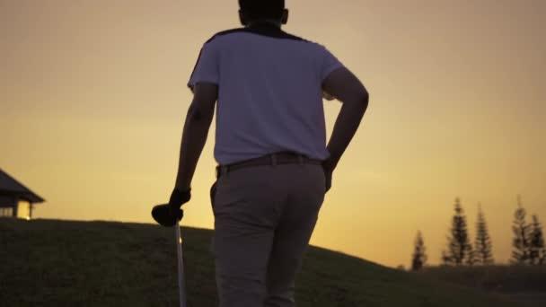 Profesionální muž Golfové procházky s holí na golfovém hřišti v T-Off na hit golfový míček na fairway, sportovní relax v prázdninách letní dovolená, filmové Uhd 4k záběry