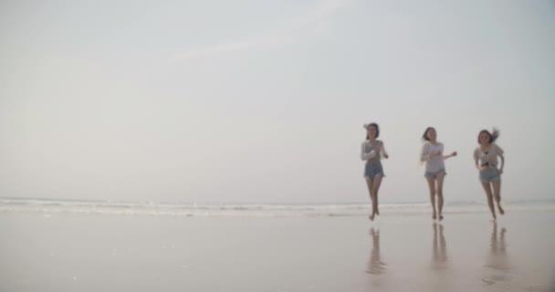 Usmívání šťastný asijské přátelé ženy běh a skákání spolu přímořský na pláži letní dovolená cestování těšit život víkendové aktivity lidé životní styl, zpomalení pohybu 4K kino kamera