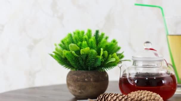 džus sklo s čajovou konvice na tmavém dřevěném stole pozadí