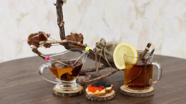 fekete tea csésze fekete-piros kaviár az asztalon háttér