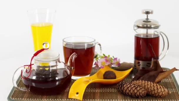 teáskanna gyümölcslé pohár és szárított kúp asztali háttér