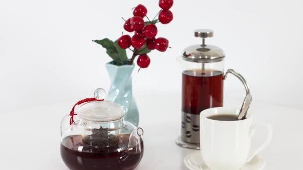Teetasse mit Wasserkocher und Kanne auf Holztischhintergrund