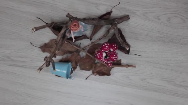 Plastové dětské hračky na podlaze. Hraní s panenkami consept.