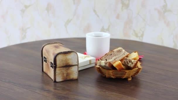 Stůl s servírovanou čajovou sadou