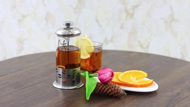 Stůl s čajovou sadou k snídani