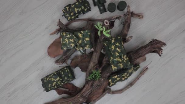 Műanyag gyerekek játékok gyűjtemény padlón - katonai téma