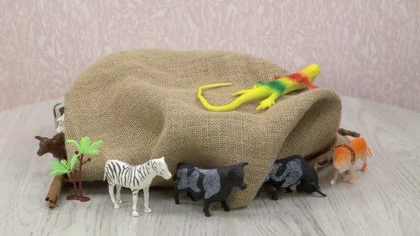 Bunte Kinderspielzeug-Kollektion - wilde Tiere aus Plastik auf dem Fußboden