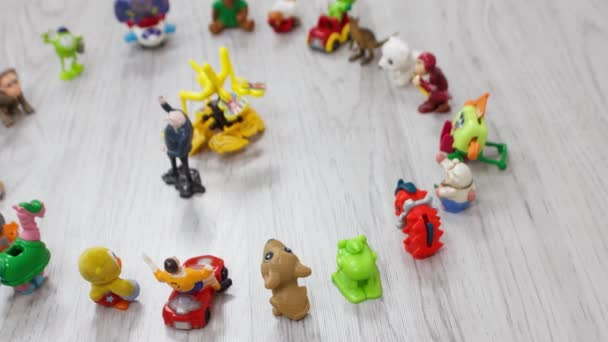 Plastic Kids Spielzeug Kollektion auf dem Boden - lustige Tiere.