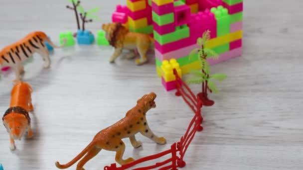 Barevná kolekce dětských hraček - plast divoká zvířata na podlaze místnosti