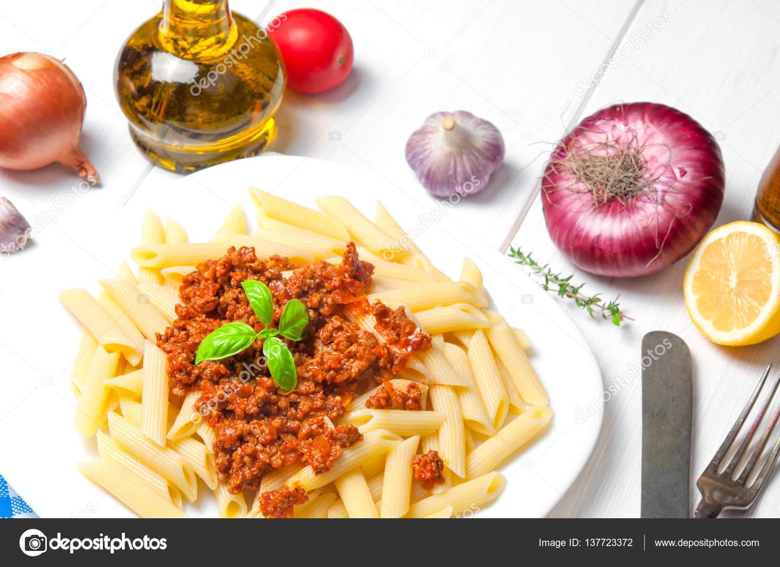 Spaghetti Alla Bolognese Di Pasta Con Ingredienti Su Fondo Di Legno