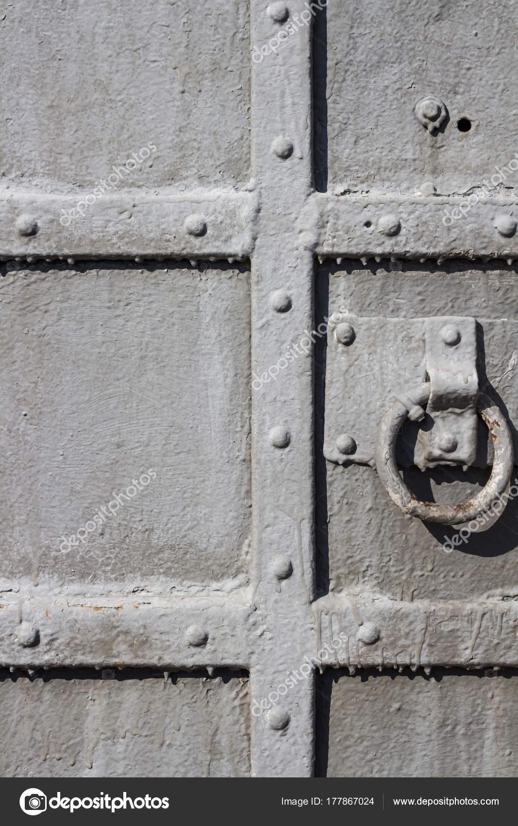 Vecchio Primo Piano Porta Di Metallo Con Maniglia Rotonda Foto