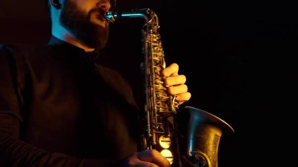 szaxofon játékos játszik a szaxofon, fekete háttér, elszigetelt, szóló