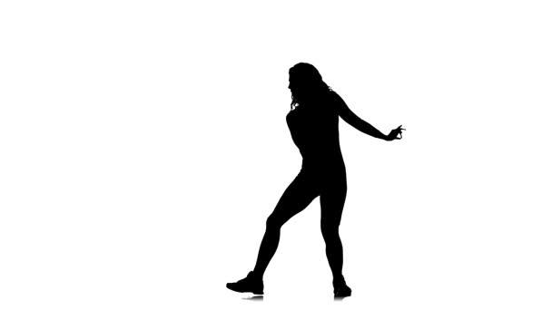 schwarze Silhouette auf weißem Hintergrund, junge schöne Frau tanzt energisch Dancehall, Streetdance, Twerk, Zeitlupe