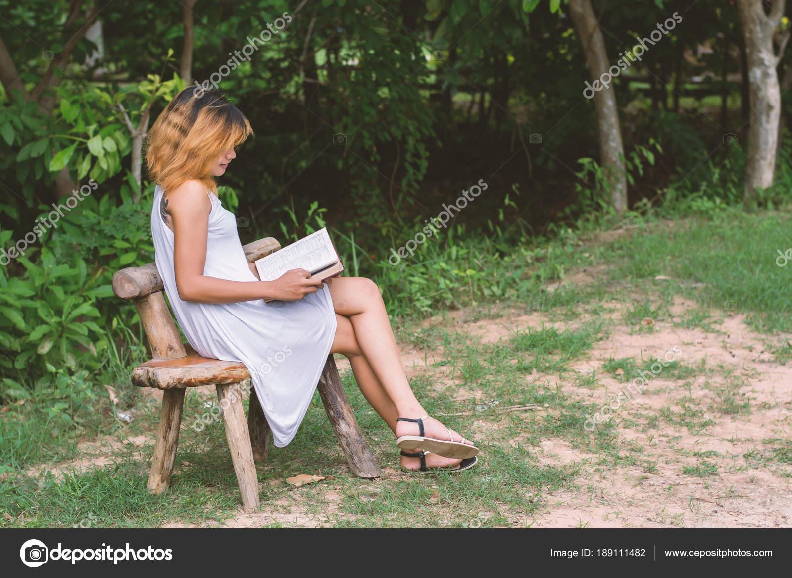 Красивые картинки одинокая женщина в парке на скамейке 10