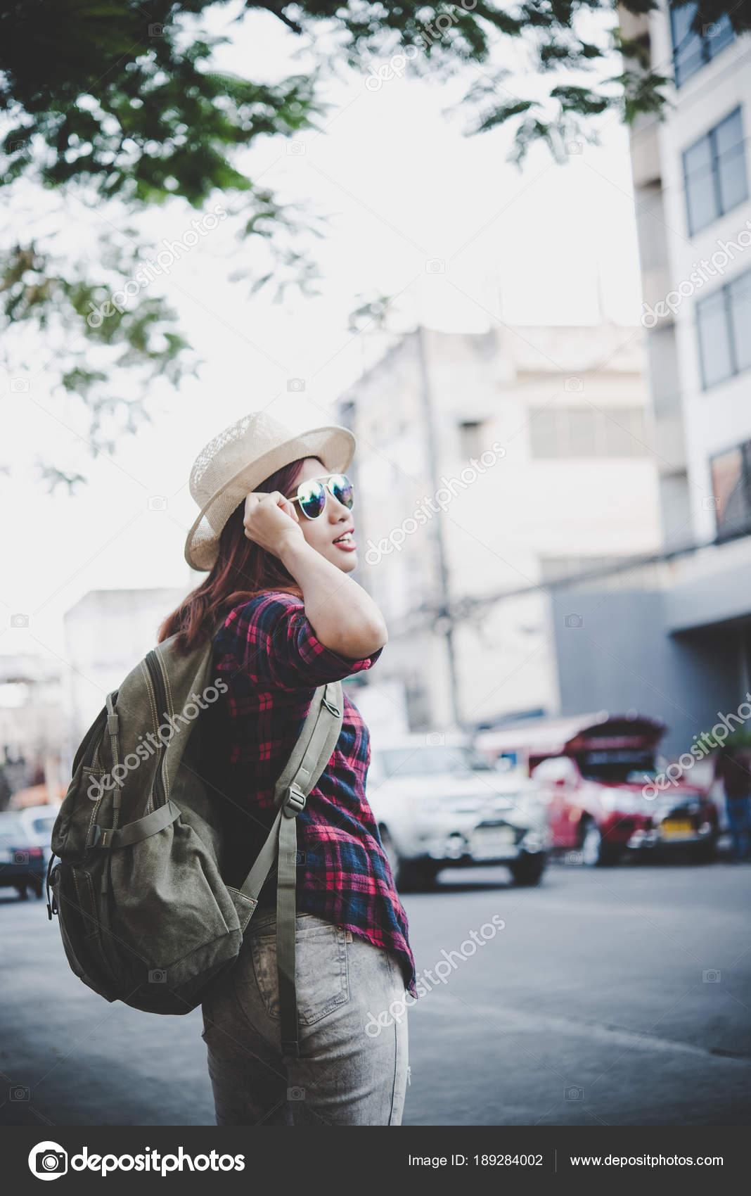 9178e4948e Jeune femme heureuse hipster porter le sac à dos, voyage touristique femme  avec sac à dos à l'extérieur pendant les vacances. Concept de mode de vie  des ...