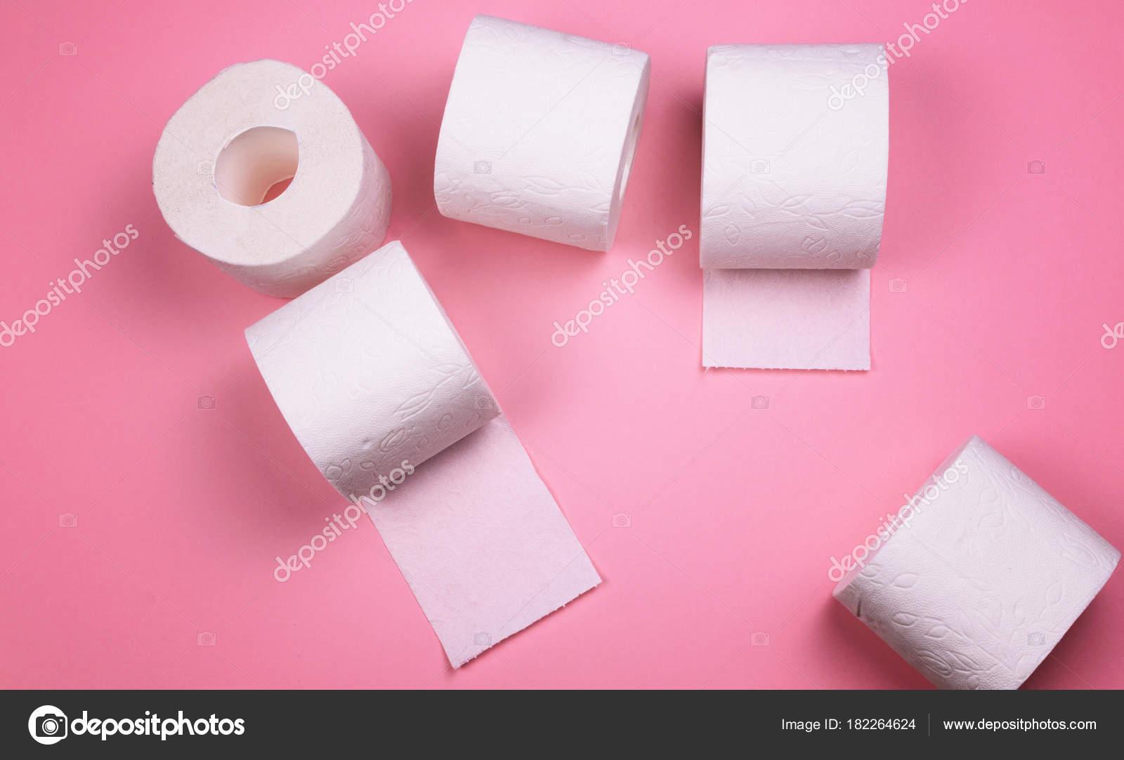 Rotoli Di Carta Colorata : Alcuni rotoli di carta igienica su uno sfondo colorato luminoso