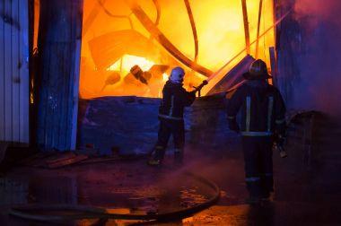 bir garajda yangın düşünce alevlerin ile çatı