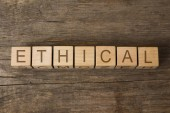 Fotografia etico parola scritta sui cubi di legno del giocattolo