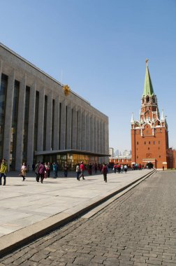 Russia: inside the Moscow Kremlin with view of the State Kremlin Palace (Kremlin Palace of Congresses) and the Troitskaya Tower (Trinity Tower), built in 1495-1499