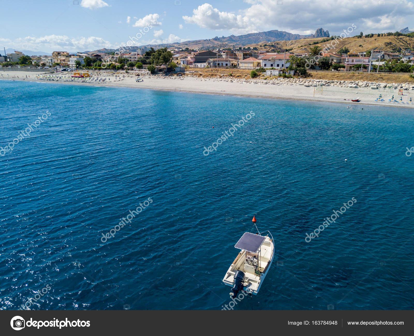 ee8b67a417b7bf Luftaufnahme der Boote ankern in Melito di Porto Salvo