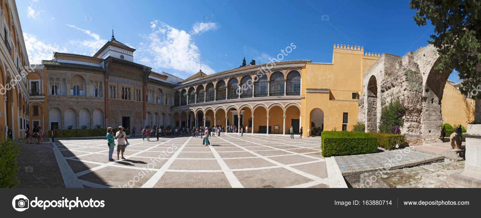 Spagna il palazzo mudejar di pedro i progettato in stile for Piani di coperta del cortile