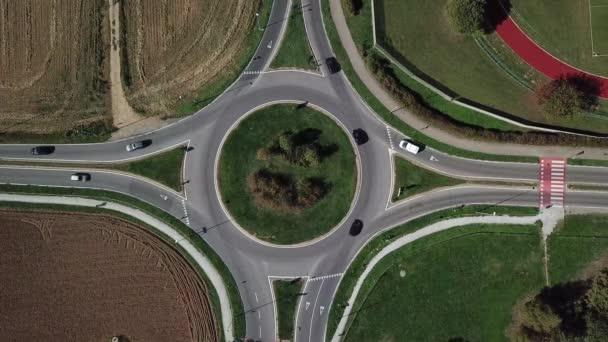 Letecký pohled na kruhový objezd a vozidlo oběhu, ulice