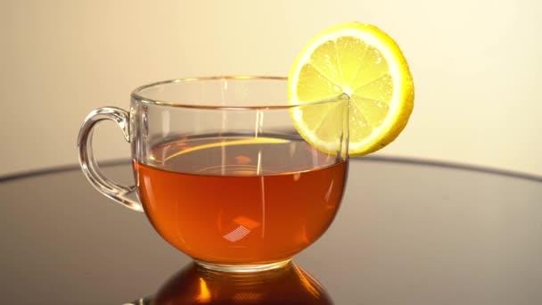 Šálek černého čaje s citrónem detailní up