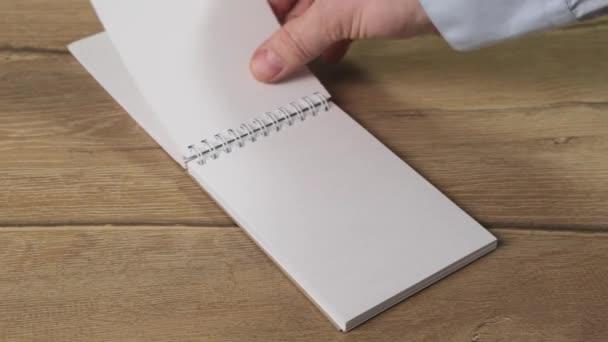 Add át a jegyzetfüzeteket az üzenetedhez. Közelről..