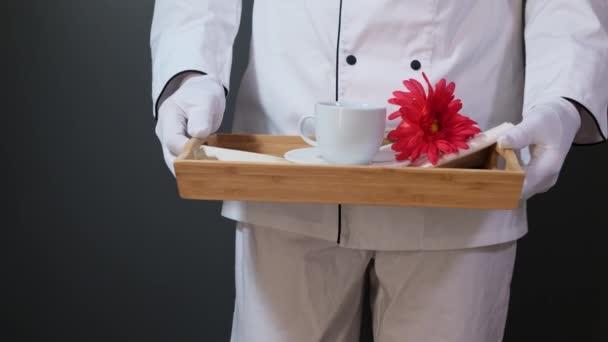 Frühstück im Bett, Tablett mit Tasse und Blume.