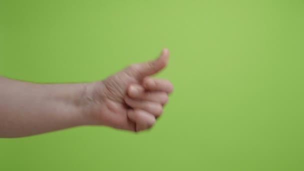 A kezek szimbólumot alkotnak. Kéz csettintő ujjak zöld háttér