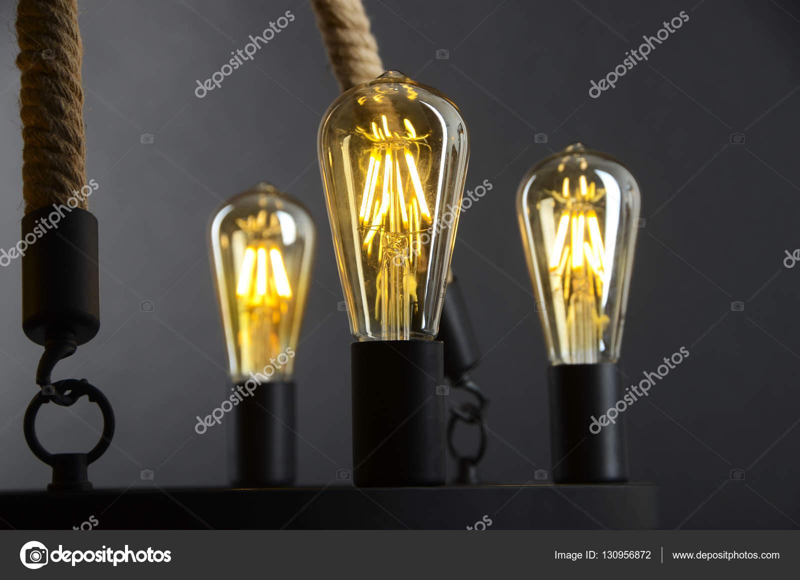 Edison-Lampen (Loft-Stil) auf schwarzem Hintergrund einschalten ...