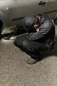 Policie muž kontrola vozu pro výbušné zařízení