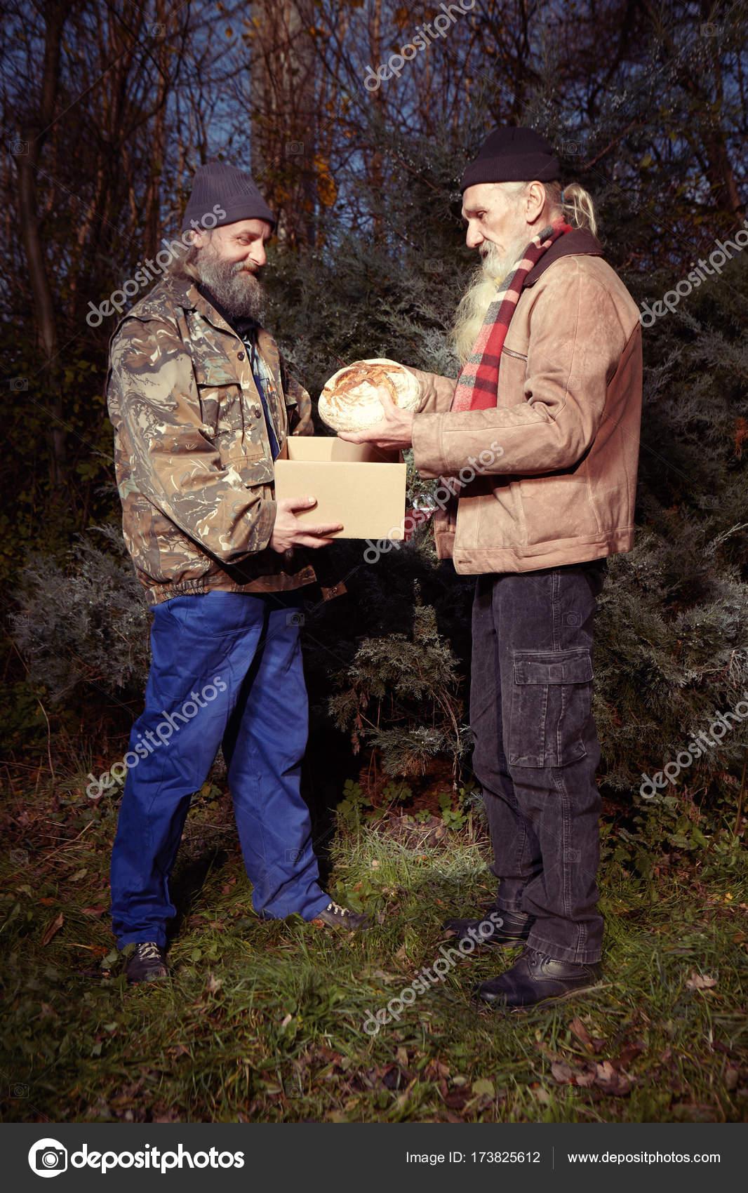 Zwei Obdachlose Männer feiern Weihnachten alleine im Park mit Brot ...