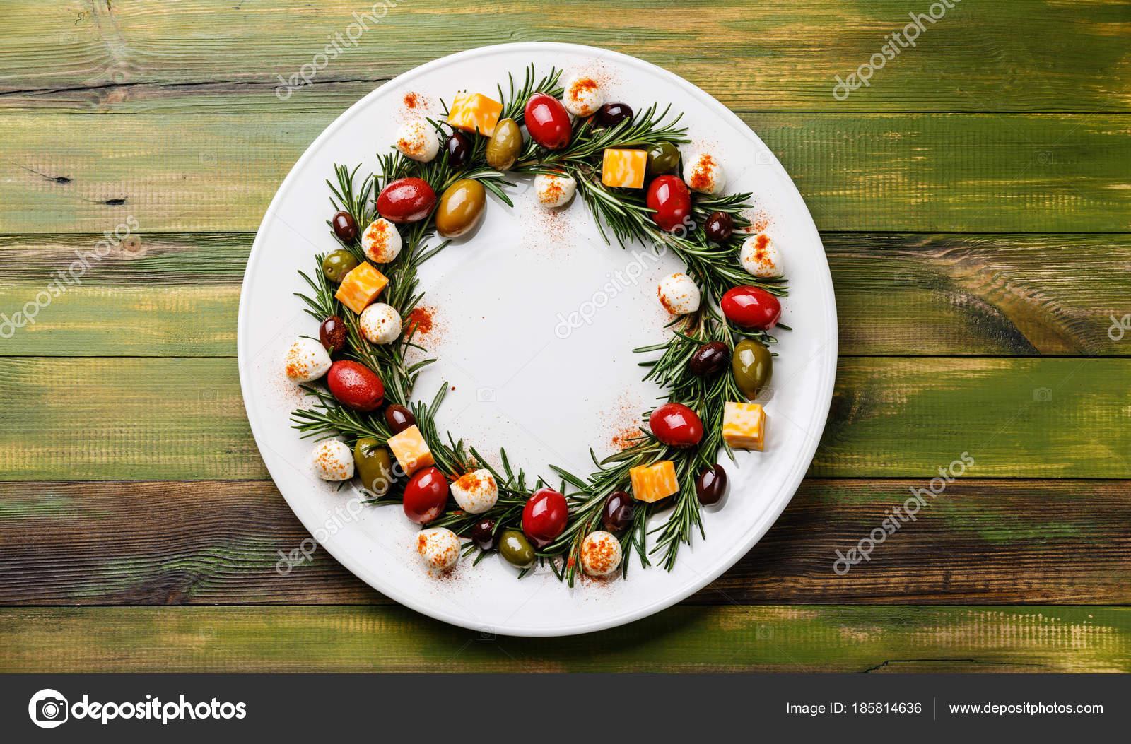 Rosemary krans kerst voorgerecht met kaas olijven plaat houten