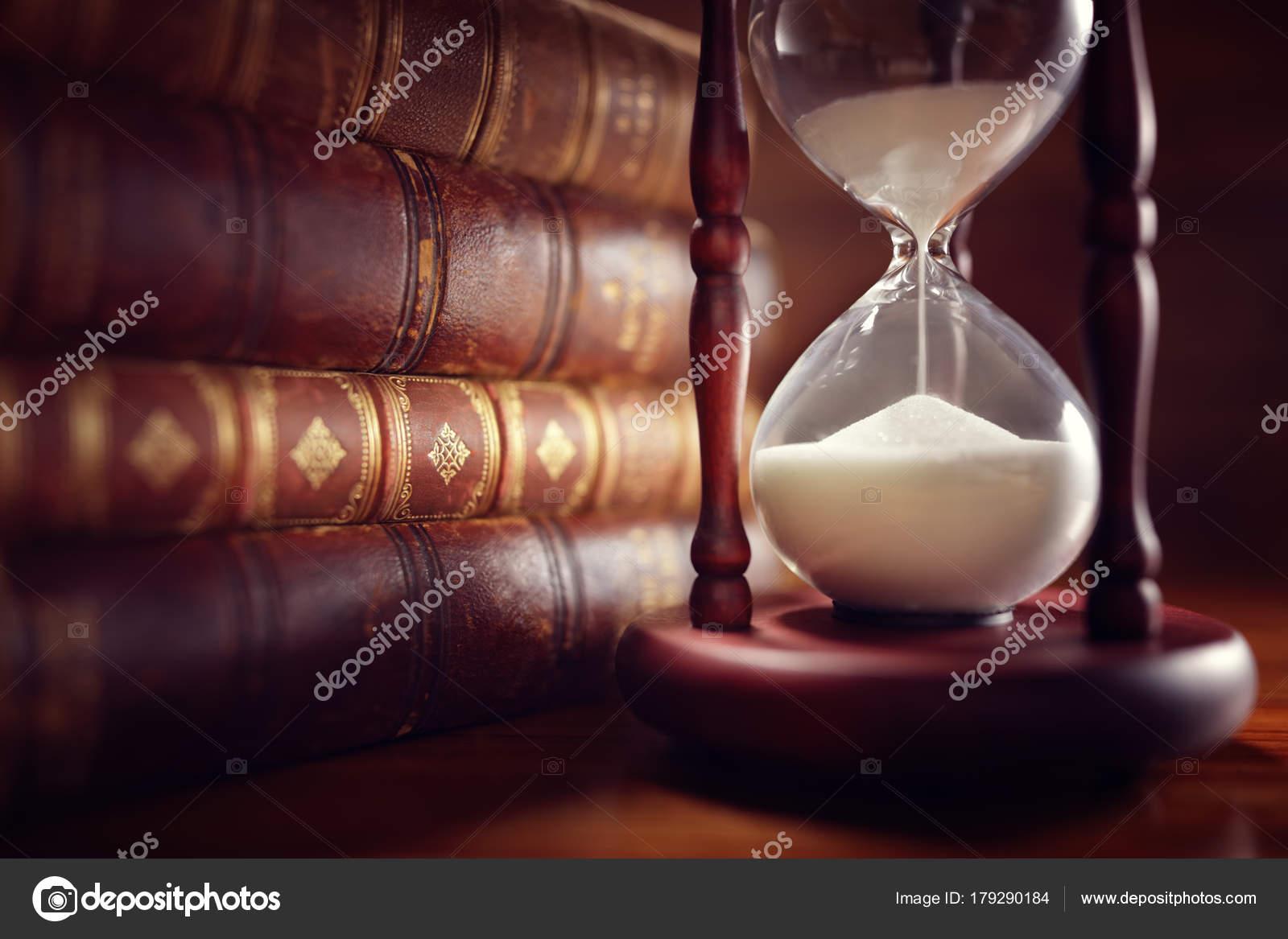 Fotos Relojes De Arena Antiguos Reloj De Arena Y Libros Antiguos